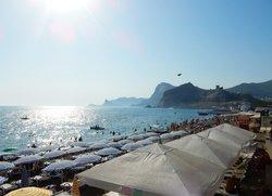 Вид на Генуэзскую крепость с пляжа в Судаке Крым