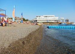 Сход в море на пляже в Судаке