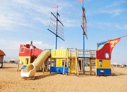 Детский корабль на пляже Санта Круз Феодосия