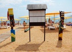 Пляж Жемчужный декорации и меню бара «Желтая Рыба» в Феодосии