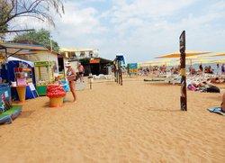 Пляжные развлечения на Жемчужном пляже в Феодосии