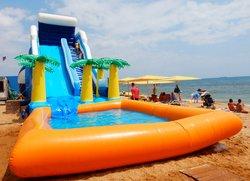 Горка с бассейном на пляже Жемчужный в Феодосии