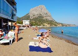 Центральный пляж Новый Свет вид на гору Сокол