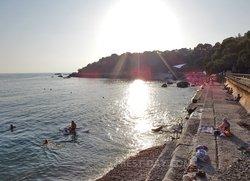 Общедоступный бетонный пляж и галечный за ним ближе к детскому лагерю Форос
