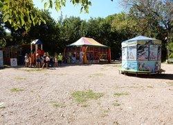 Детские развлечения возле пляжной зоны в Песчаном