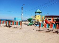 Детские развлечения возле моря в Песчаном
