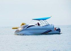 Яхта со стеклянным дном и за ней морской батут в Евпатории