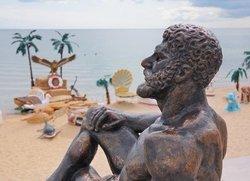 Крым, скульптура «Отдых Геркулеса» на городском пляже Евпатории