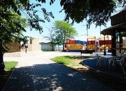 Детская площадка возле набережной Валентины Терешковой между мечетью и собором в Евпатории