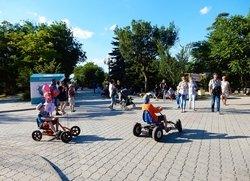 Пешеходная зона с развлечениями по дороге к морю на ул.Дувановская в Евпатории
