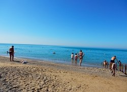 Вспомогательные поручни для купания инвалидов-колясочников на пляже Саки Крым