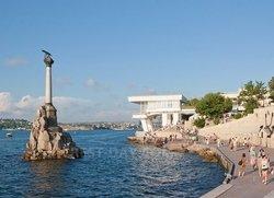 Набережная Севастополя и памятник затопленным кораблям