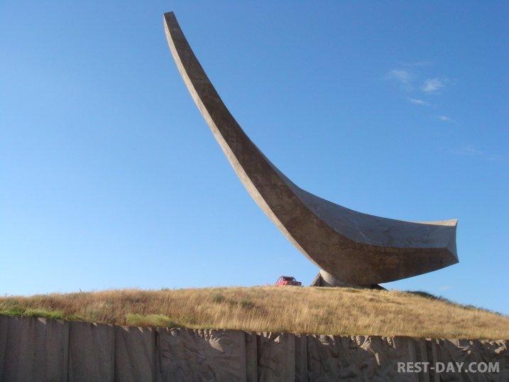 Героевка, памятник Парус