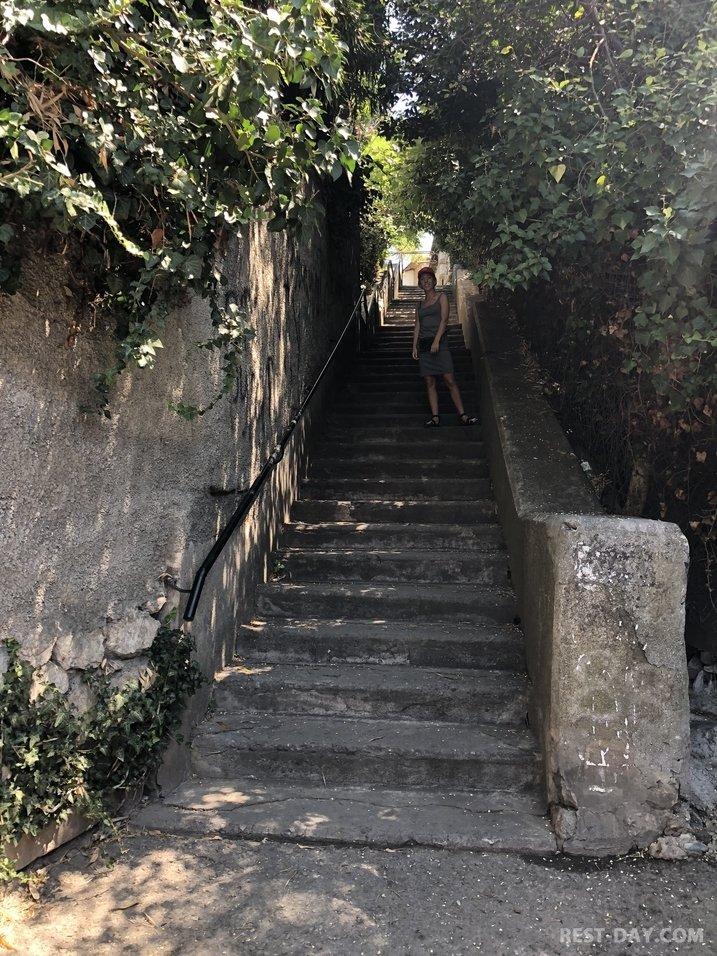 Лестница, по которой спускалась спортсменка,комсомолка и просто красавица Нина