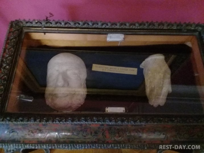 Посмертная маска и перчатка Айвазовского (слепок), картинная галерея имени И.К. Айвазовского, Феодосия